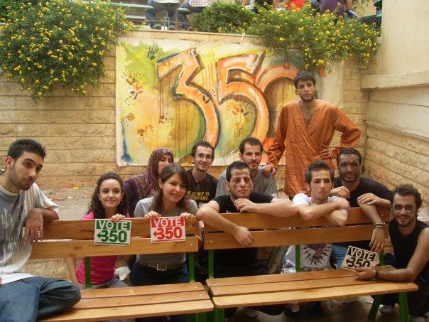 صورة لأعضاء النادي وخلفهم لوحة 350 التي مضى عليها الطلاب!