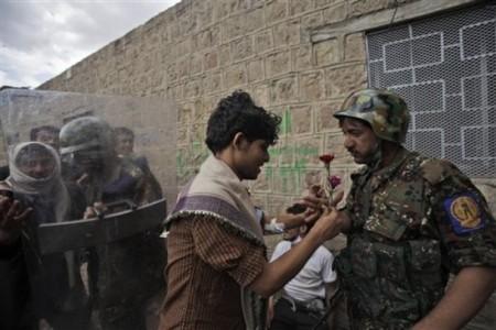 احد المحتجين السلميين في صنعاء يُهدي الجندي وردة