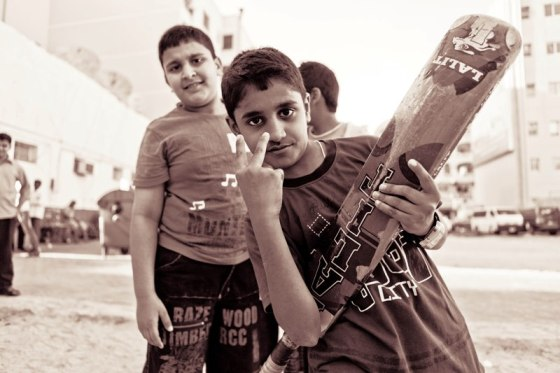 أطفال هنود وباكستانيون يلعبون الكريكت - by Hanibaael