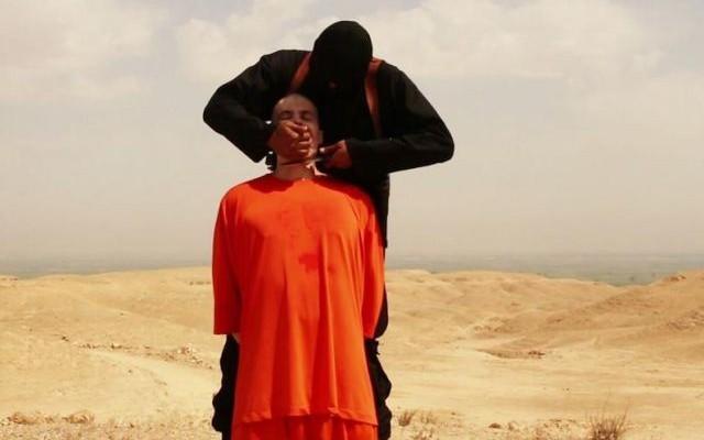 مقاتل من داعش يذبح الصحافي الأميركي جايمس فولي